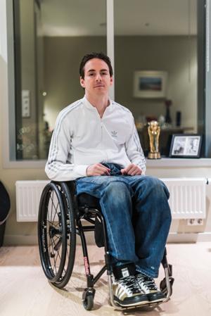 Det er ikke så lenge siden en fotball var limt til føttene til Branimir Poljac. Nå er han i stedet lenket til rullestolen.